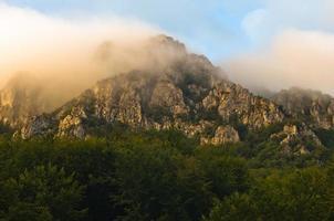 Pics rocheux au lever du soleil brumeux, montagne suva planina