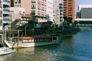 péniche du japon flottant dans la rivière