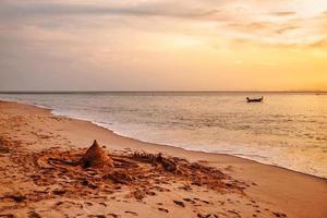 bateau à voile sur fond de coucher de soleil photo