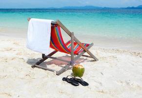 chaise vide sur la plage d'été tropicale photo