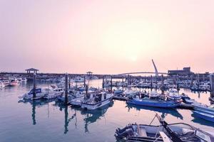 port avec yachts au coucher du soleil