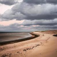 vue sur la plage avec des nuages d'orage photo