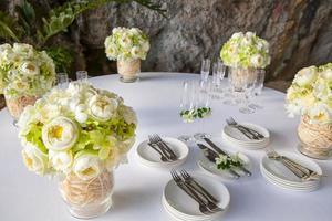 arrangement floral lors d'une cérémonie de mariage sur la plage.