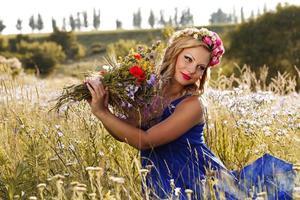 belle jeune fille avec des fleurs