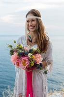 fille avec un style boho bouquet de mariage