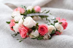 diadème de roses artificielles sur fond en bois. photo