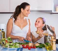 femme et petite fille, cuisson des légumes