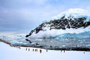 Avalanche dans le port de Neko, Antarctique photo