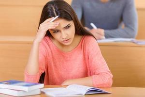 jolie étudiante semble préoccupée