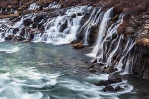Cascade de Hraunfossar en Islande photo