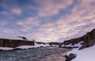 beau nuage et paysage près des chutes de godafoss, en Islande. photo