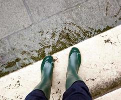 jambes avec des bottes en raison de la crue de Venise.