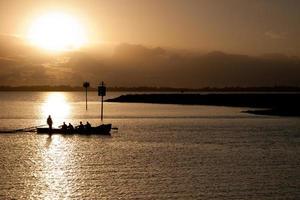 surfboat au lever du soleil
