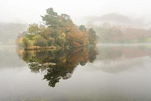 beaux reflets à l'eau de rydal sur un matin brumeux d'automne.