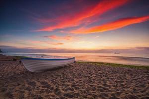 bateau et lever du soleil