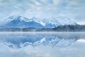 Chaîne de montagnes de Karwendel reflétée dans le lac photo