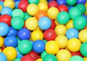 perles en plastique vert rouge jaune et bleu photo