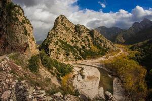 paysage d'automne de montagne pittoresque avec une rivière