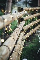 clôture en bambou marron avec guirlandes lumineuses