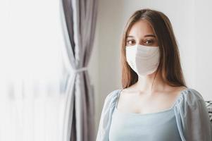 femme portant un masque facial