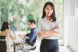 femme d'affaires asiatique au bureau photo