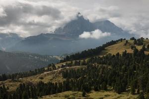 sommets alpins au-dessus de val gardena dans les dolomites photo
