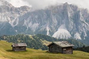 Granges en bois à Val Gardena, Dolomites photo