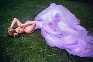femme en robe rose photo