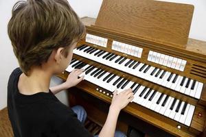 garçon jouant de l'orgue