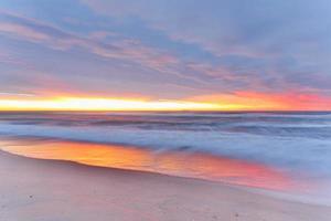 plage au lever du soleil photo