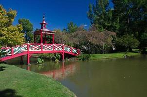 étang avec un pont en bois de style asiatique photo