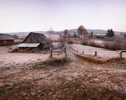 matin de novembre dans le village des Carpates photo
