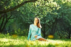 femme en robe parmi les fleurs de pommier photo