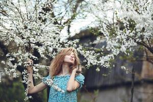 portrait, de, a, belle fille, fleurir, arbres photo