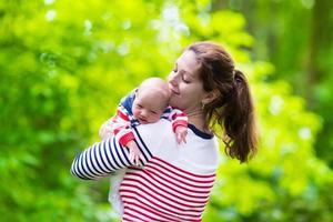 jeune mère et bébé dans un parc photo