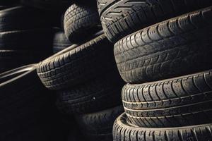 Pile de colonne de vieux pneus de voiture d'occasion photo