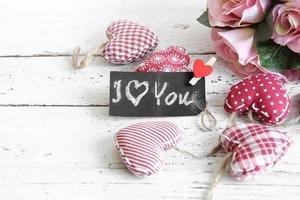 """tableau noir """"je t'aime"""" avec des coeurs vintage rouges photo"""