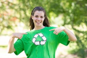 heureux activiste environnemental dans le parc photo