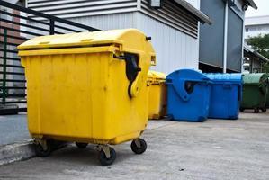 bacs en plastique dans le centre de recyclage photo