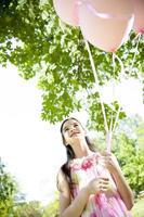 petite fille aux ballons roses