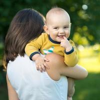 heureuse mère tenant un jeune fils