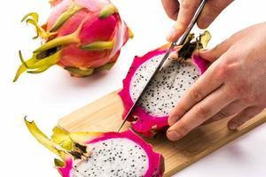 d'abord couper la moitié d'un pitaya photo