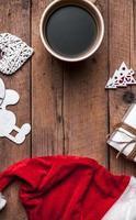 tasse de café et chapeau de père Noël, ensemble de Noël photo
