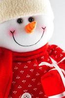 bonhomme de neige isolé sur blanc. photo