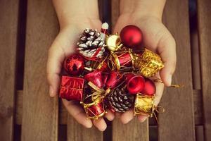 main de femme tenant des décorations de Noël. photo