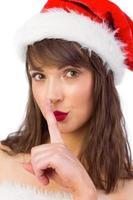 brune festive gardant un secret