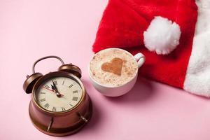 tasse de café et chapeau de père Noël avec réveil