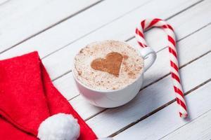 tasse de café et chapeau de père Noël photo