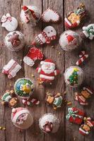 bonbons de Noël gros plan sur une table en bois. vue de dessus verticale photo