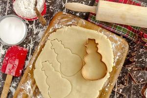 ingrédients et emporte-pièces pour biscuits au sucre photo